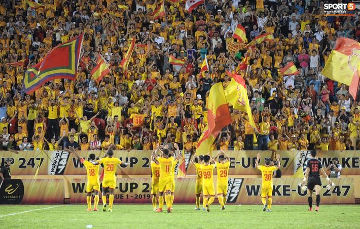 Sân Thiên Trường của Nam Định đông khán giả nhất lượt đi V.League 2019 - Ảnh 15.