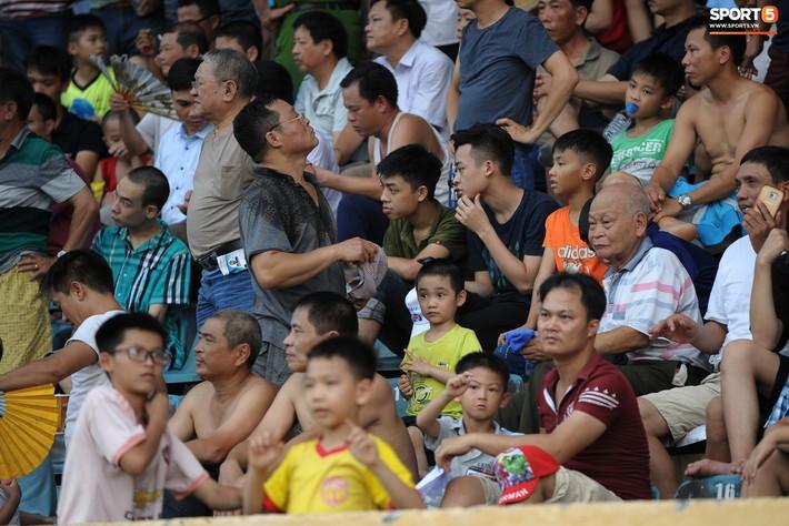 Sân Thiên Trường của Nam Định đông khán giả nhất lượt đi V.League 2019 - Ảnh 4.