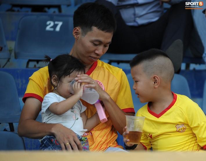 Sân Thiên Trường của Nam Định đông khán giả nhất lượt đi V.League 2019 - Ảnh 6.