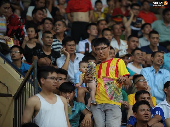 Sân Thiên Trường của Nam Định đông khán giả nhất lượt đi V.League 2019 - Ảnh 8.