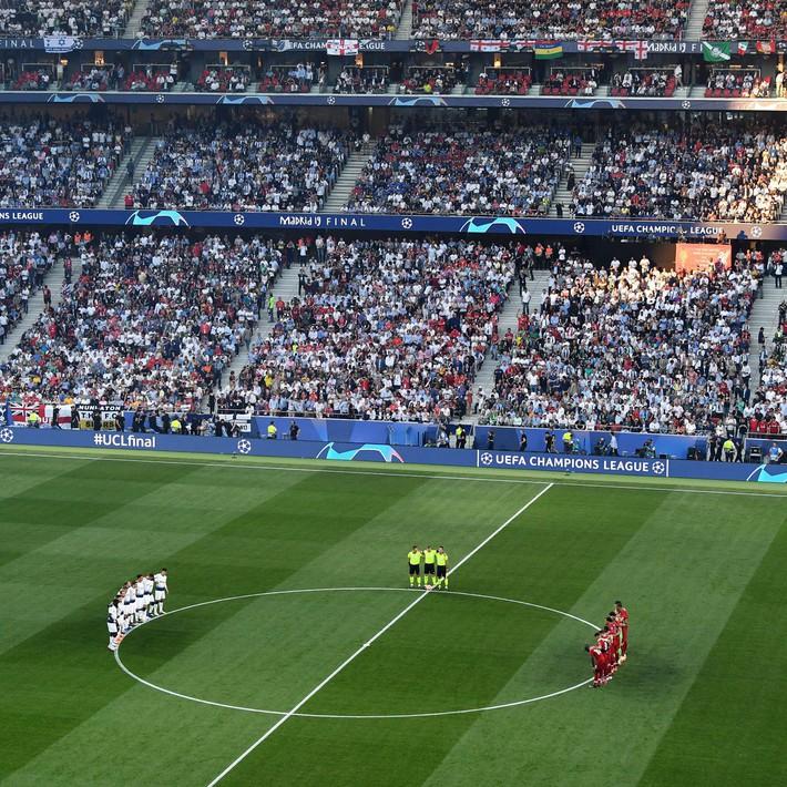 Xúc động phút mặc niệm dành cho cầu thủ xấu số Antonio Reyes: Hơn 67.000 người lặng lẽ, đồng đội cũ rưng rưng nước mắt - Ảnh 2.