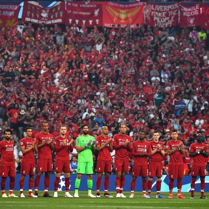 Xúc động phút mặc niệm dành cho cầu thủ xấu số Antonio Reyes: Hơn 67.000 người lặng lẽ, đồng đội cũ rưng rưng nước mắt - Ảnh 3.