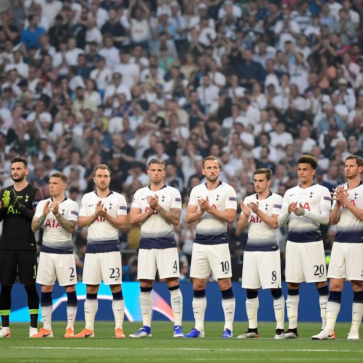 Xúc động phút mặc niệm dành cho cầu thủ xấu số Antonio Reyes: Hơn 67.000 người lặng lẽ, đồng đội cũ rưng rưng nước mắt - Ảnh 4.
