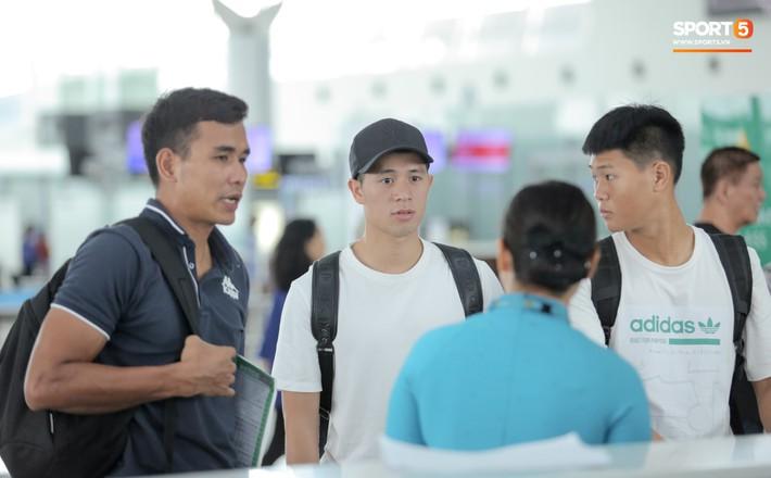Mẹ Đình Trọng kìm nén nước mắt ở sân bay, nghẹn ngào khi tiễn hai cậu con trai ra nước ngoài - Ảnh 6.