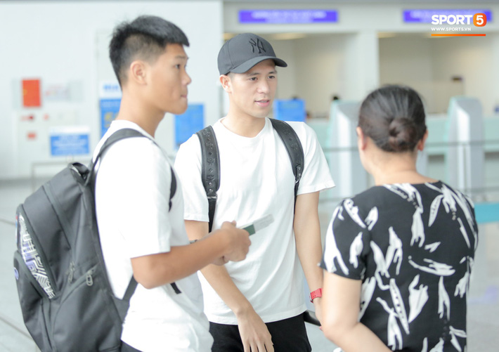Mẹ Đình Trọng kìm nén nước mắt ở sân bay, nghẹn ngào khi tiễn hai cậu con trai ra nước ngoài - Ảnh 8.
