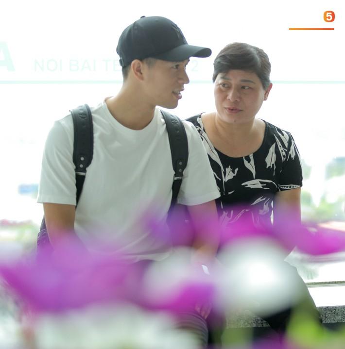 Mẹ Đình Trọng kìm nén nước mắt ở sân bay, nghẹn ngào khi tiễn hai cậu con trai ra nước ngoài - Ảnh 9.
