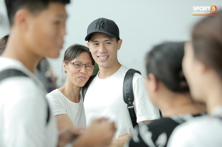 Mẹ Đình Trọng kìm nén nước mắt ở sân bay, nghẹn ngào khi tiễn hai cậu con trai ra nước ngoài - Ảnh 10.