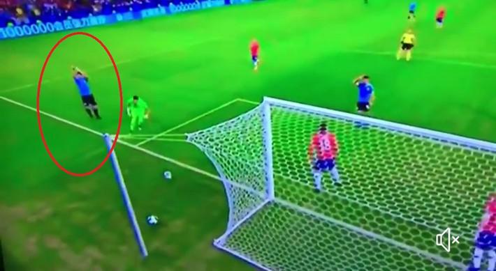 Bệnh nghề nghiệp khó tin của Suarez: Sút bóng trúng tay thủ môn, vẫn kêu gào đòi penalty - Ảnh 2.