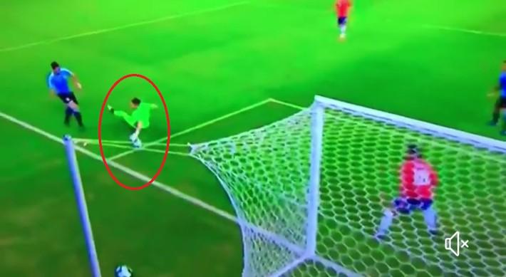 Bệnh nghề nghiệp khó tin của Suarez: Sút bóng trúng tay thủ môn, vẫn kêu gào đòi penalty - Ảnh 1.