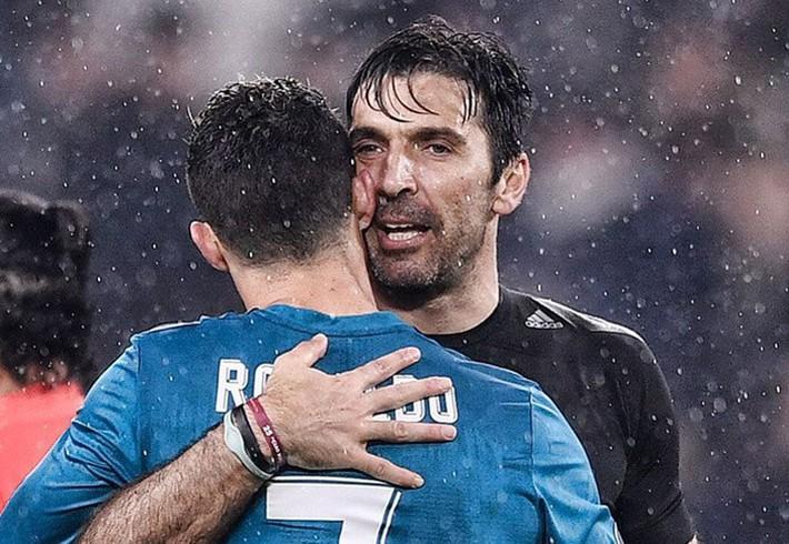 Buffon gây sốc khi trở lại khoác áo Juventus - Ảnh 1.
