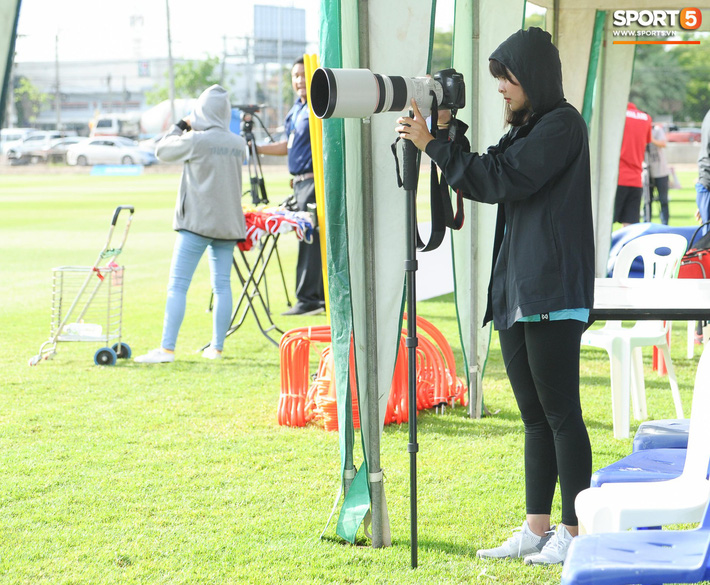 Nữ phóng viên Thái Lan xinh đẹp thích Xuân Trường nhưng tin tưởng 100% đội chủ nhà sẽ thắng Việt Nam ở Kings Cup - Ảnh 1.