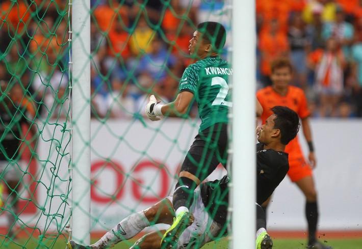 Đặng Văn Lâm xuất sắc, Muangthong lấy 3 điểm sân khách - Ảnh 2.