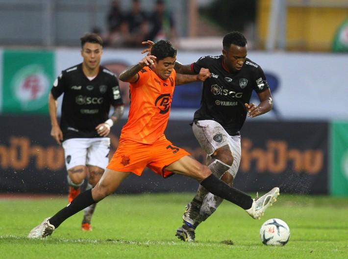 Đặng Văn Lâm xuất sắc, Muangthong lấy 3 điểm sân khách - Ảnh 3.