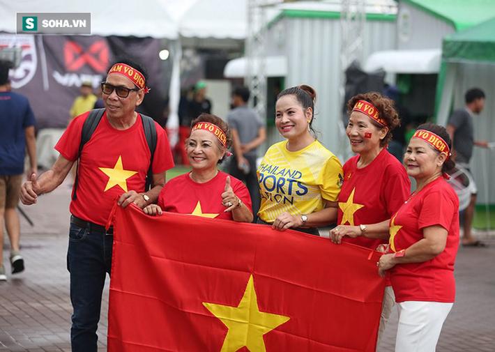 Fan nữ Thái Lan rạng rỡ khoe sắc, CĐV Việt Nam phủ đỏ Chang Arena - Ảnh 4.