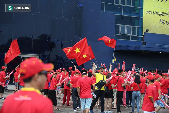 Fan nữ Thái Lan rạng rỡ khoe sắc, CĐV Việt Nam phủ đỏ Chang Arena - Ảnh 2.