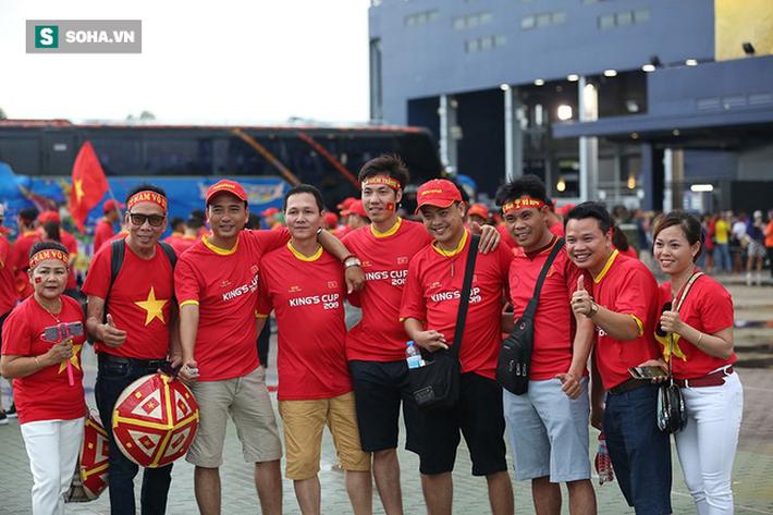 Fan nữ Thái Lan rạng rỡ khoe sắc, CĐV Việt Nam phủ đỏ Chang Arena - Ảnh 3.