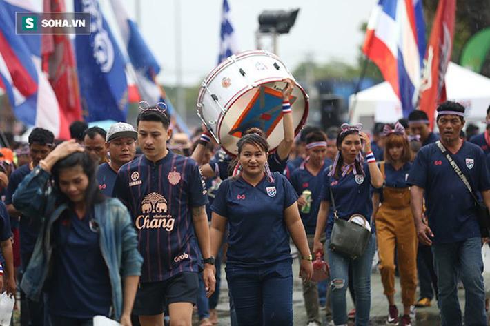 Fan nữ Thái Lan rạng rỡ khoe sắc, CĐV Việt Nam phủ đỏ Chang Arena - Ảnh 5.