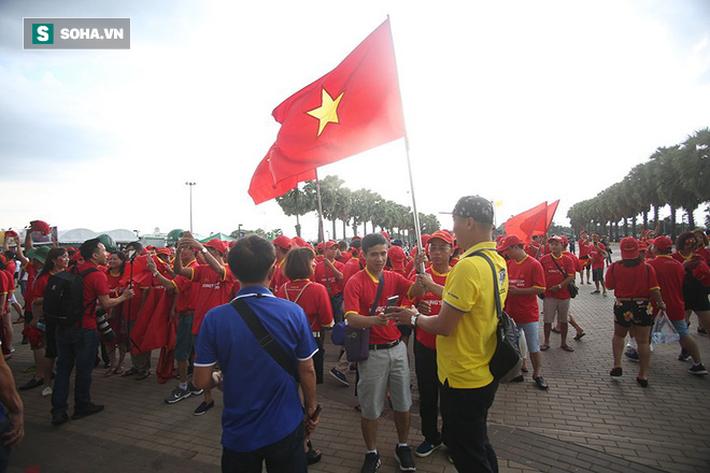 Fan nữ Thái Lan rạng rỡ khoe sắc, CĐV Việt Nam phủ đỏ Chang Arena - Ảnh 1.