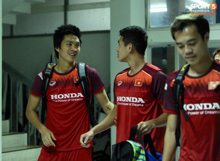 Cầu thủ Việt Nam chơi đạp vịt trước trận đấu với Thái Lan - Ảnh 2.