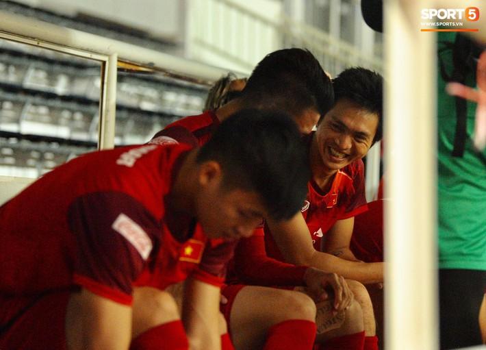 Cầu thủ Việt Nam chơi đạp vịt trước trận đấu với Thái Lan - Ảnh 3.