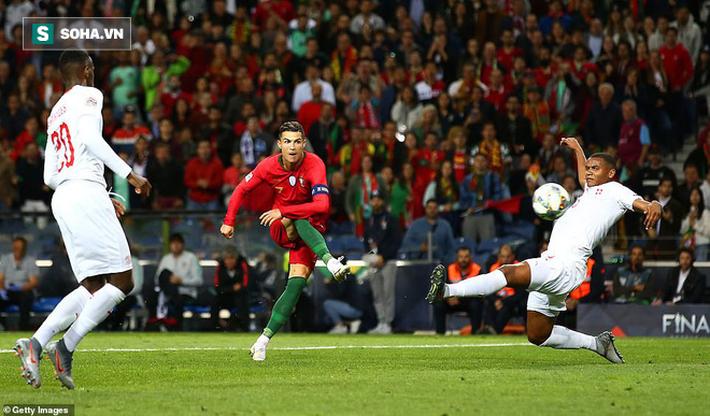 Lập siêu hat-trick cứu rỗi Bồ Đào Nha, Ronaldo vượt mặt Messi trong cuộc đua Quả bóng vàng - Ảnh 2.
