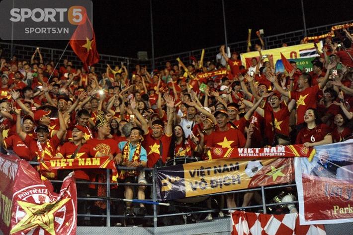 Fan Thái Lan hô vang tên Việt Nam sau trận thua ở Kings Cup 2019 - Ảnh 1.