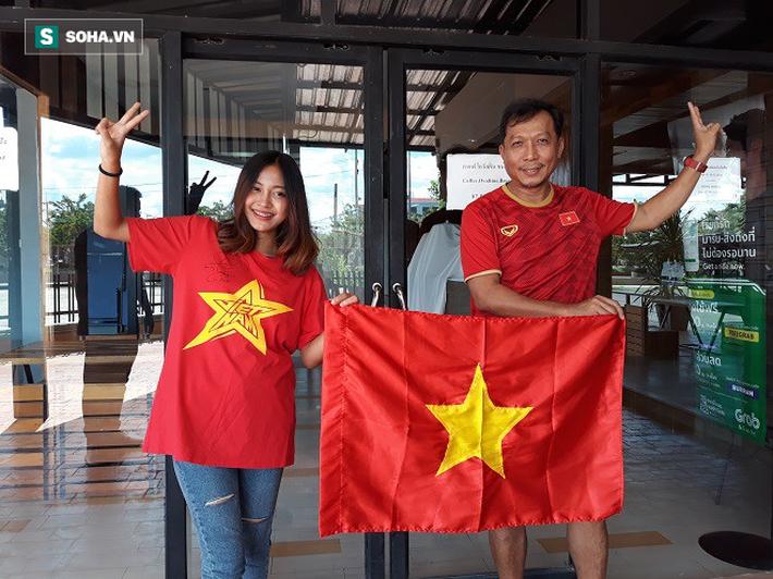 Nữ phóng viên Thái Lan xinh đẹp hứa ra sân cổ vũ ĐT Việt Nam vô địch Kings Cup - Ảnh 2.