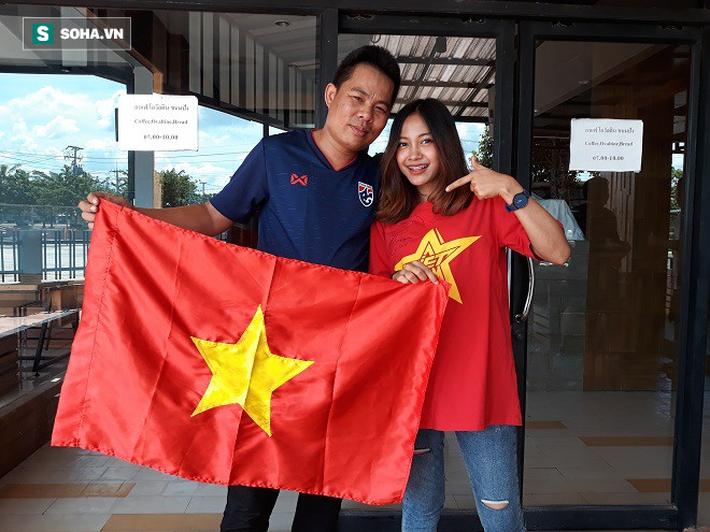Nữ phóng viên Thái Lan xinh đẹp hứa ra sân cổ vũ ĐT Việt Nam vô địch Kings Cup - Ảnh 4.