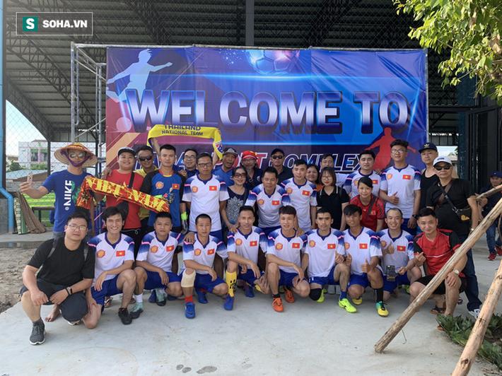 Nữ phóng viên Thái Lan xinh đẹp hứa ra sân cổ vũ ĐT Việt Nam vô địch Kings Cup - Ảnh 9.