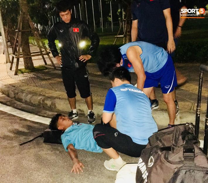 Cầu thủ U18 Việt Nam đau đến phát khóc, được thần y Hàn Quốc chữa ngay trên đường - Ảnh 1.