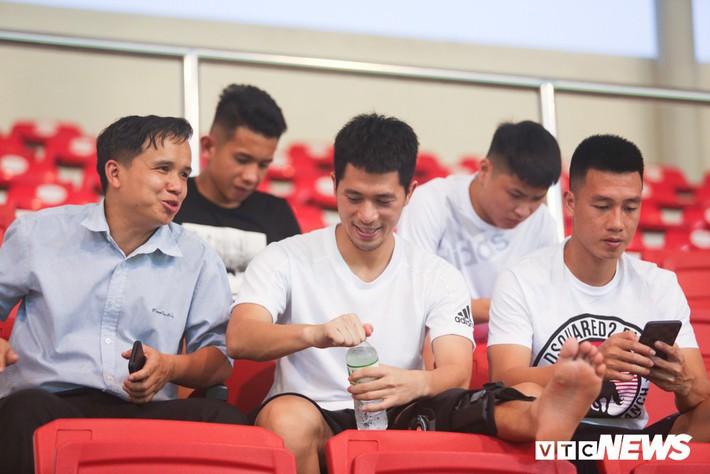 Đình Trọng chống nạng, lặng lẽ theo dõi U23 Việt Nam từ khán đài - Ảnh 1.