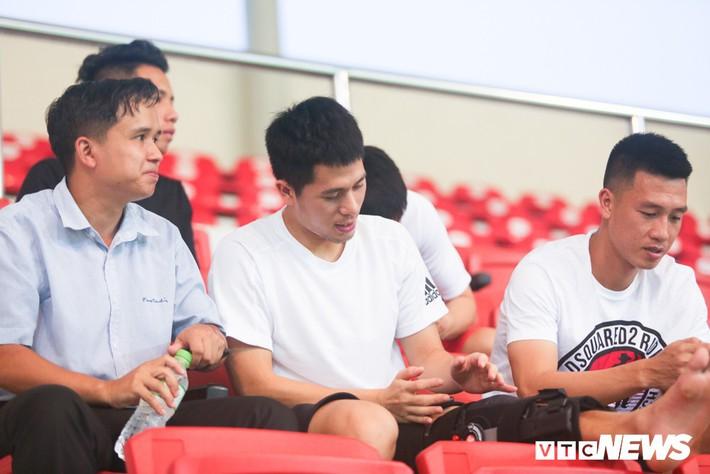 Đình Trọng chống nạng, lặng lẽ theo dõi U23 Việt Nam từ khán đài - Ảnh 2.