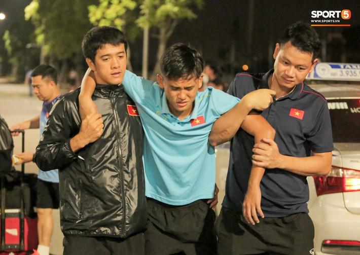 Cầu thủ U18 Việt Nam đau đến phát khóc, được thần y Hàn Quốc chữa ngay trên đường - Ảnh 3.