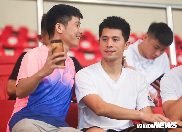 Đình Trọng chống nạng, lặng lẽ theo dõi U23 Việt Nam từ khán đài - Ảnh 5.