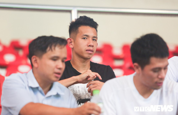 Đình Trọng chống nạng, lặng lẽ theo dõi U23 Việt Nam từ khán đài - Ảnh 7.