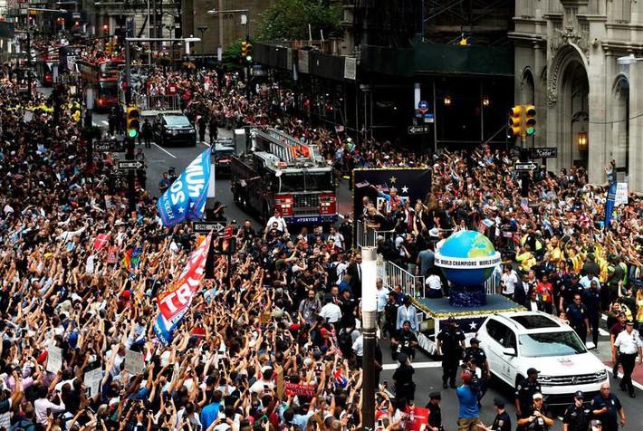 Hàng chục nghìn CĐV đổ ra đường xem tuyển Mỹ diễu hành mừng vô địch World Cup nữ 2019 - Ảnh 1.