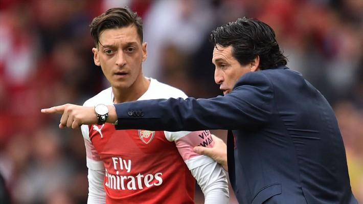 HLV Unai Emery bất ngờ tuyên bố: Mesut Ozil không phải để bán - Ảnh 2.