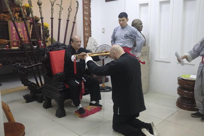 Flores được trao ấn kiếm từ đại sư Nam Anh ở nghi lễ hạ sơn như trong phim kiếm hiệp - Ảnh 2.