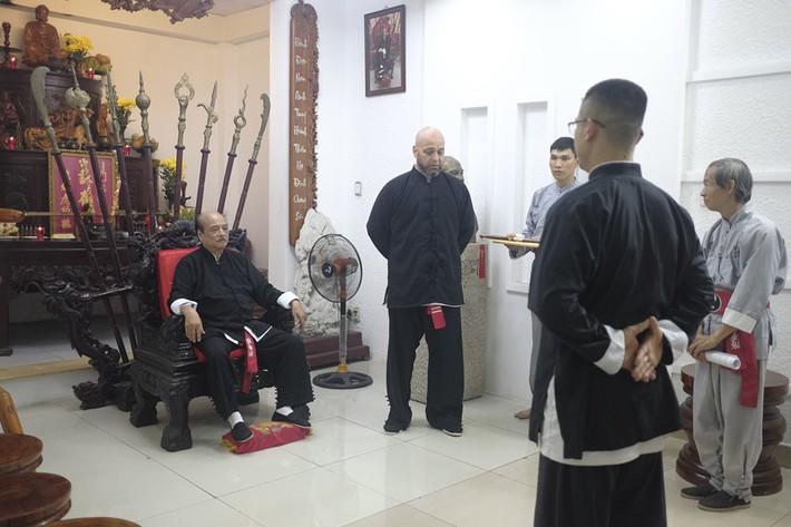 Flores được trao ấn kiếm từ đại sư Nam Anh ở nghi lễ hạ sơn như trong phim kiếm hiệp - Ảnh 3.
