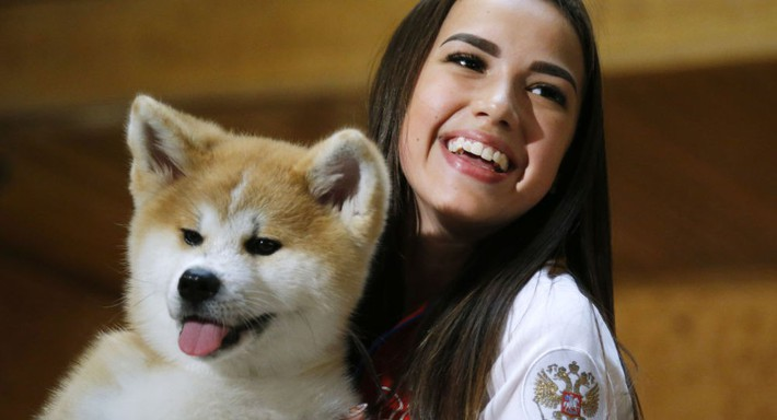 Người đẹp Nga gây sốt với món quà siêu dễ thương cho Thủ tướng Nhật Bản - Ảnh 1.