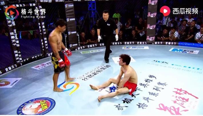 Võ sĩ Nhật Bản hết nằm sàn chọc tức lại quỳ lạy tay đấm Trung Quốc sau trận đấu nghẹt thở - Ảnh 2.