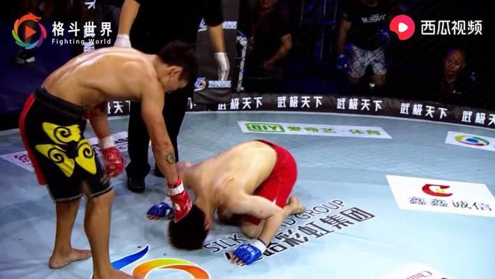Võ sĩ Nhật Bản hết nằm sàn chọc tức lại quỳ lạy tay đấm Trung Quốc sau trận đấu nghẹt thở - Ảnh 4.