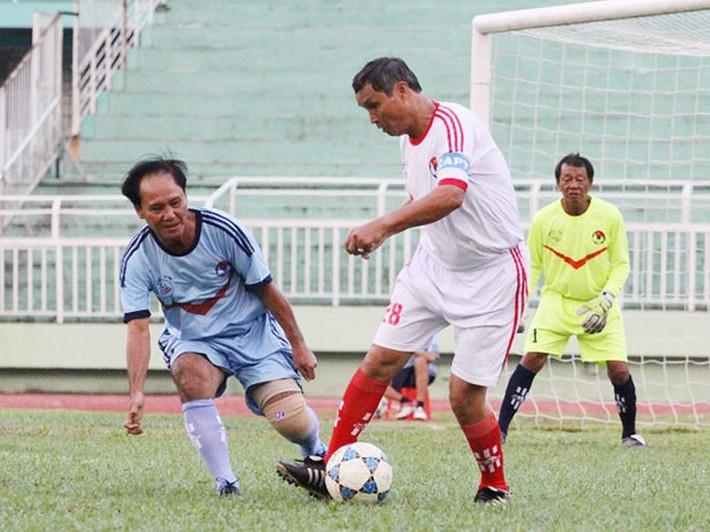 Tượng đài bóng đá Việt: Đôi giày đinh tự chế đâm ngược thủng chân, chảy bê bết máu - Ảnh 6.