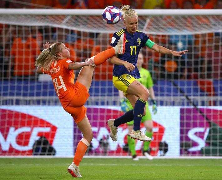 Clip: Hà Lan vào chung kết World Cup nữ nhờ bàn thắng vàng - Ảnh 2.