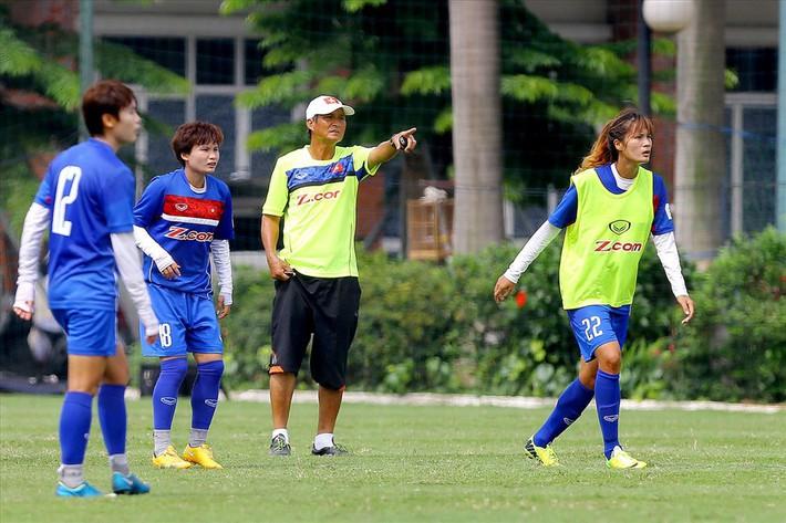 Huấn luyện viên Mai Đức Chung muốn các cầu thủ nữ đều lập gia đình - Ảnh 1.