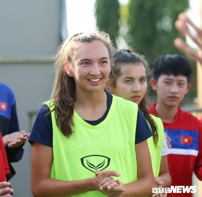 Bộ đôi cầu thủ Việt kiều toả sáng trong buổi tập cùng U19 Việt Nam - Ảnh 3.