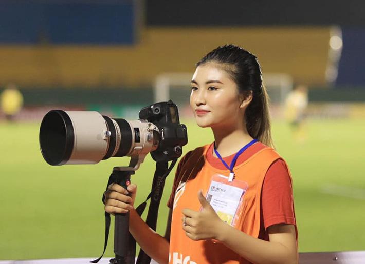 Á khôi fan Barca biến tình yêu bóng đá thành công việc trong mơ tiếp lửa cho cầu thủ Việt - Ảnh 1.