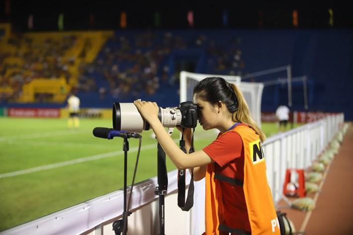 Á khôi fan Barca biến tình yêu bóng đá thành công việc trong mơ tiếp lửa cho cầu thủ Việt - Ảnh 6.