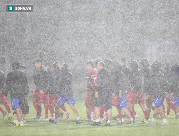 Quang Hải mất tích, đội tuyển Việt Nam khổ sở luyện công dưới mưa - Ảnh 5.