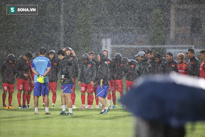 Quang Hải mất tích, đội tuyển Việt Nam khổ sở luyện công dưới mưa - Ảnh 6.
